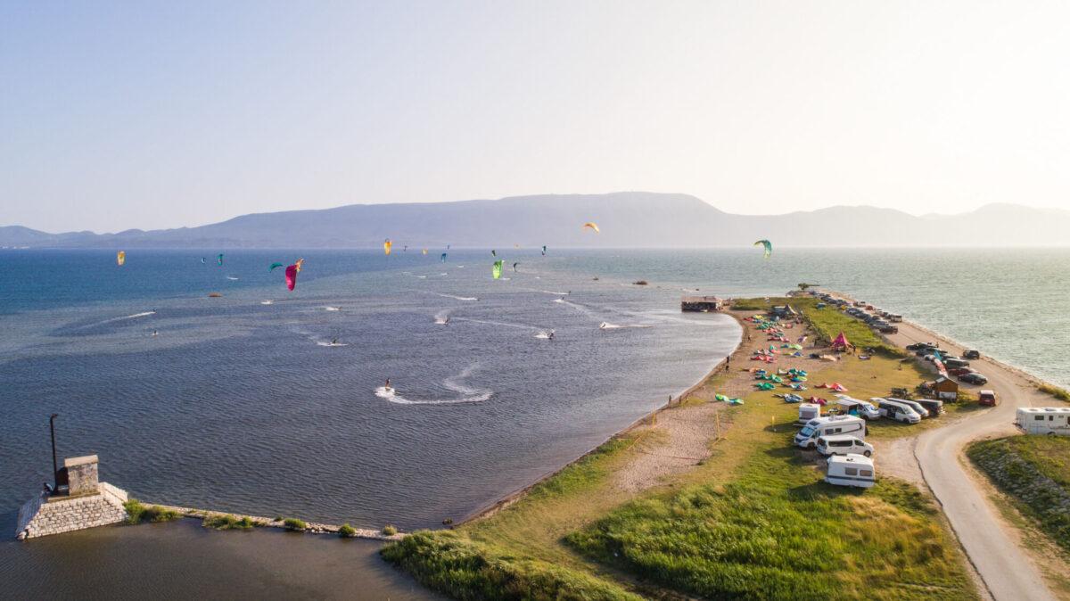 Kitesurfers_on_neretva_delta